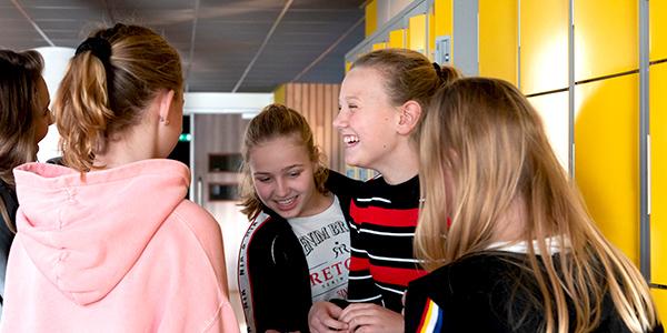 Leerlingen bij een schoolkluisje
