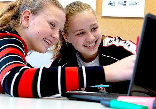 Twee leerlingen aan het werk